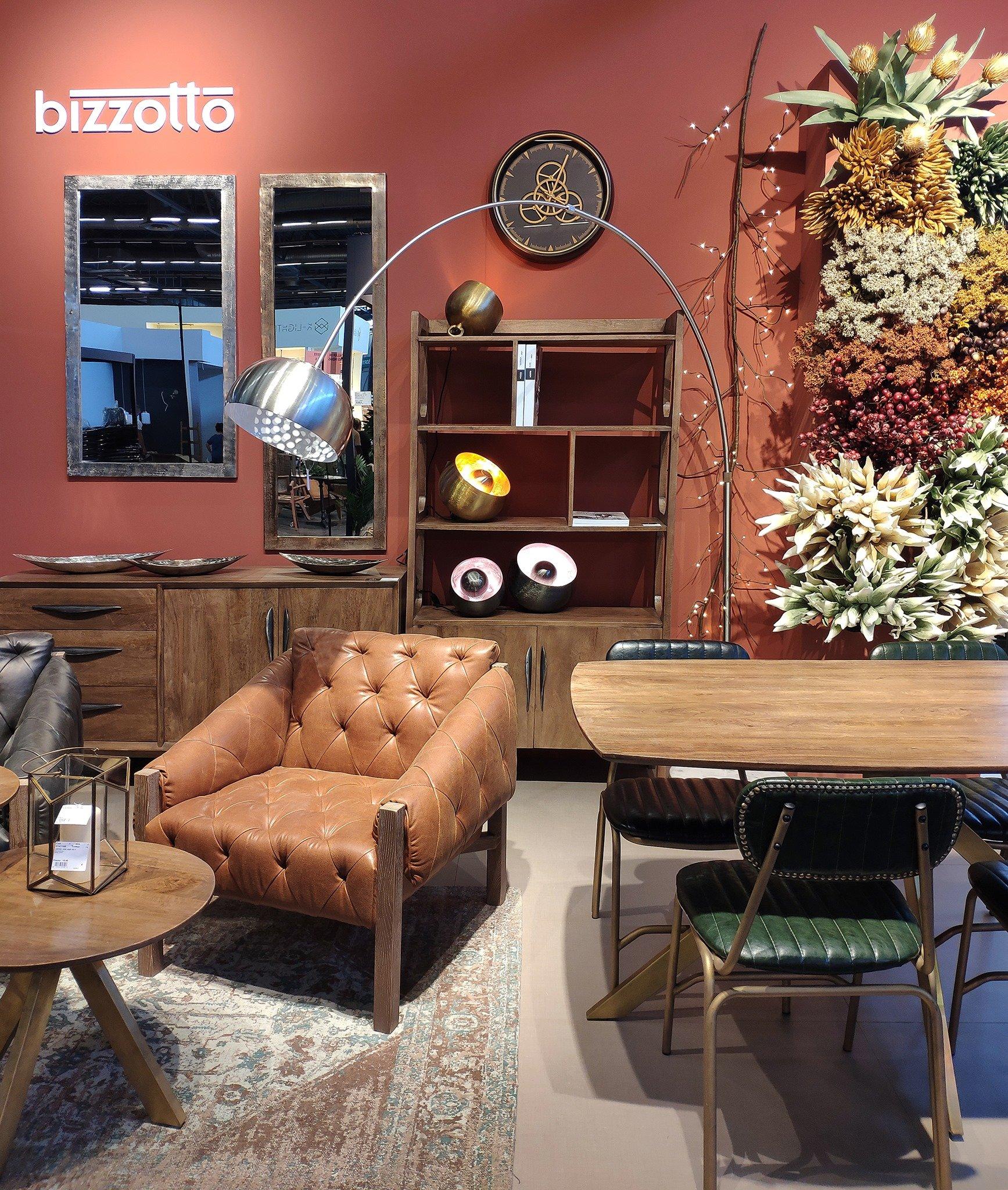 Ambientazione soggiorno in toni naturali e materiali grezzi. Stand Bizzotto a Maison&Objet 2021, a Parigi.