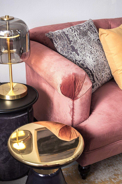 Arredamento in stile glamour Bizzotto - Divano in velluto rosa Blossom, lampada con dettagli in vetro e oro Reflexo e tavolino in vetro con piano dorato Petrol