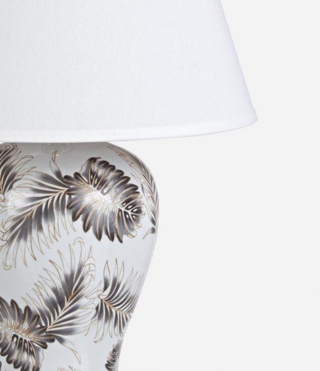 Lampada da tavolo Leaf Bizzotto, in porcellana bianca con disegni di foglie tropicali in grigio antracite e oro - Arredamento in stile glamour