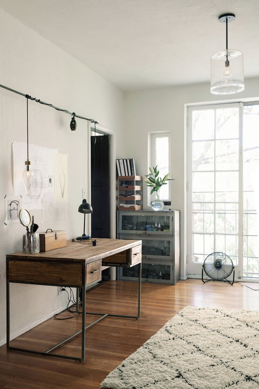 Angolo studio in stile nordico/rustico. Scrivania in legno e metallo Elmer di Bizzotto Homemotion